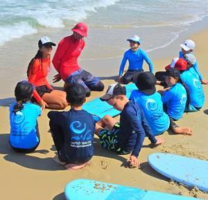 פעילות ימית חינוכית טיפולית בגלים